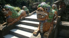 昨日の昼間は、五行山という観光名所へ。やっぱり中華風。