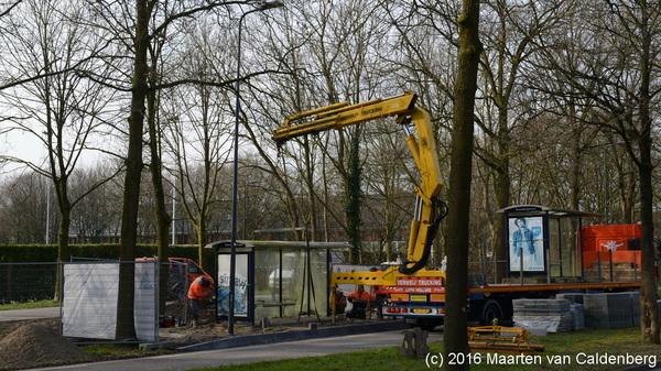 Op de Deken van Roestellaan in #rosmalen worden 'nieuwe' bushokjes geplaatst. @shertogenbosch moet ze wel nog even schoonmaken