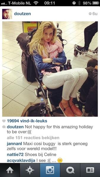 Doutzen Kroes boos dat vakantie voorbij is. Gaat uit protest óp kind zitten.