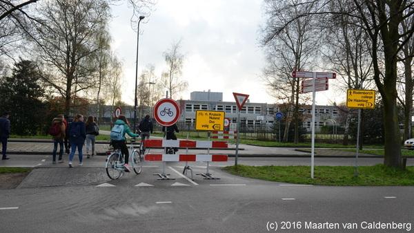Het #fietspad rond @rodenborch  #rosmalen is afgesloten door @shertogenbosch  maar of leerlingen zich daar iets van aantrekken....