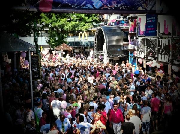 Één groot roze feest op het @kermisfm plein!  #rozemaandag  #kermisfm