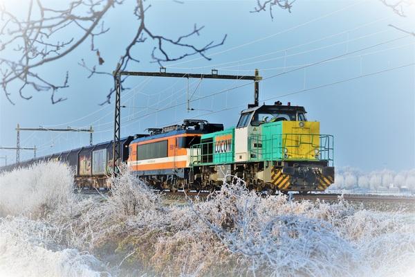 Kleurrijke trein in een winters landschap. Barneveld 30-12-2016 #buienradar