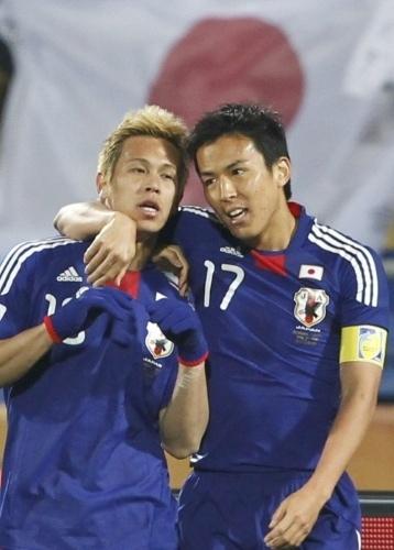 本田と長谷部の写真。これって心霊写真?? #daihyo this picture is weird... #WorldCup