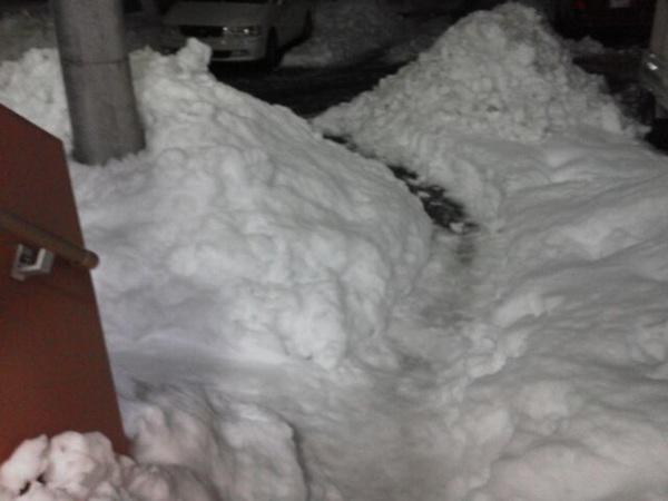 そして家の前はいまだにこんなである。こんなてんこ盛りの雪がまだまだ健在(笑)
