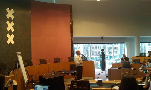 @maxjanssen actief met politiek 2.0 in de raadszaal van 020 tijdens #openinnovatie