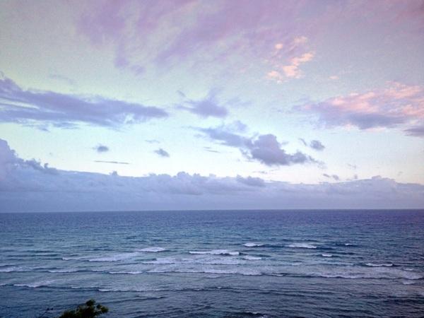 オンショアの風とサンセット... 雨雲を運んでます... 波がつぶれて乗りづらい... ৲(๑⁺᷄д⁺᷅๑)◜ うʐ̀~՞