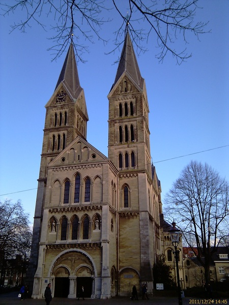 UiterAart mag de Munsterkerk niet ontbreken, overgang Romaanse naar de Gotische architectuur in Roermond, verprust hier en daar door Cuypers rond 1900. #kerstexcursie