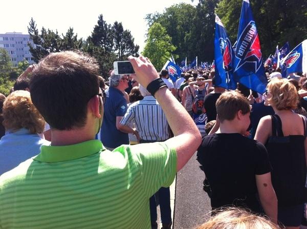 #KlotenFlyers super viele Leute sind beim Marsch durch Kloten dabei, Let's go Flyers!!!!