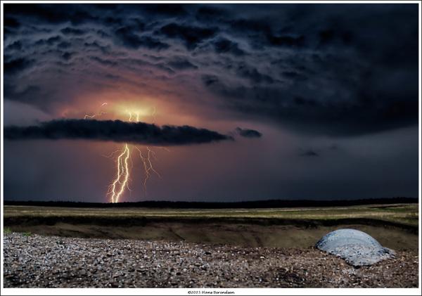 Dreigende bliksem over de Ginkelse Hei in de avond van 2 juli. Twitter: @Hans_Berendsen #buienradar