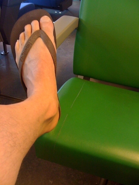 @Wybrand vraagt de ene voet aan de andere: hoeveel tenen heb jij? En waarom?