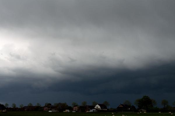 Zware bui rond 16:30 uur boven omgeving Opheusden. #buienradar Kijk ook eens op http://weerstationopheusden.nl/site/fotoblog/ voor meer foto's en de rest van de foto's van deze bui!