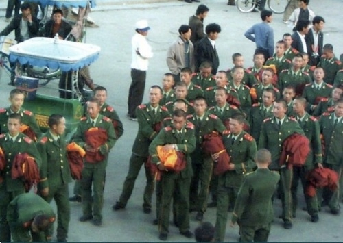 interesting pic showing Chinese Military donning Tibetan Monks' robes b4 going on 2 riot disguised as monks