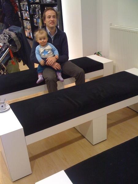 Wacht samen met de kleine Annemijn op t college in de Apple Store iCentre.