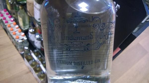 Beetje lastig fotograferen, de gin van Lindemans met gedistilleerde kriek