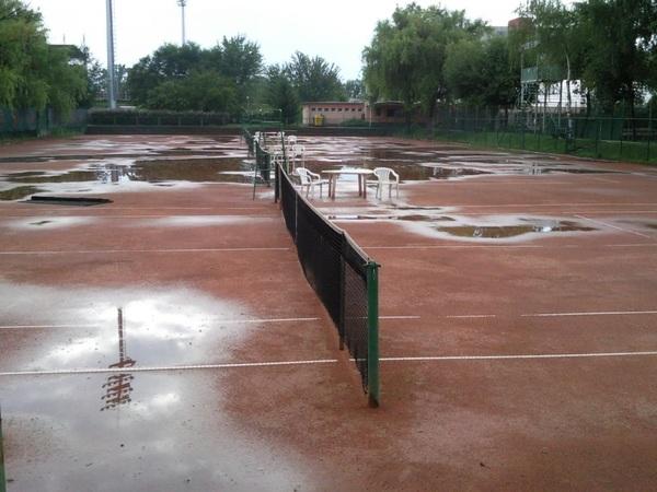 Uszoda készül a teniszpályáknál?