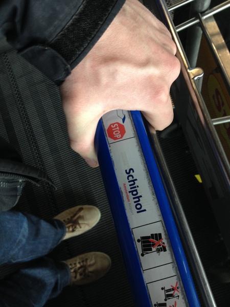 Prettige vlucht gehad, maar nu verkrampte polsen van 't bagage karretje. #Schiphol