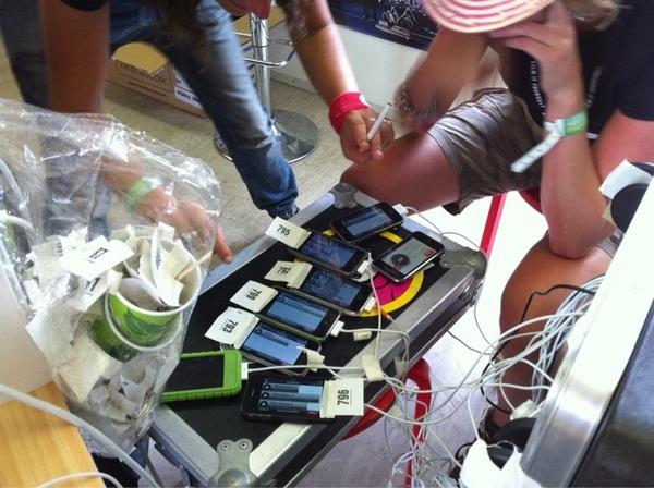 De #fiy iPhones liggen aan de oplader te uploaden. #ll10