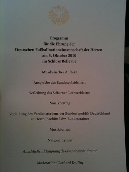 Ein Blick auf den Ablaufplan der Zeremonie.