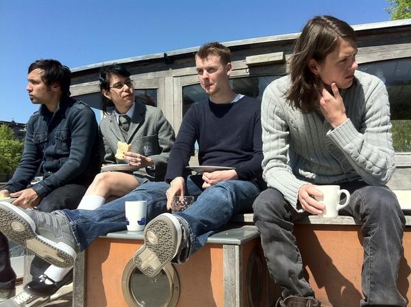 helft van het team... lunchen nu buiten in shifts #mobyboat