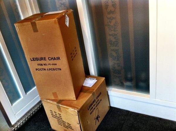 De nieuwe stoelen even ophalen, want die zijn deze week aangekomen vanuit Engeland.