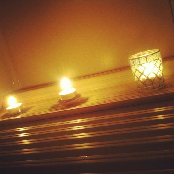 お風呂の電球がきれてたよーだからキャンドルバスにしよー♩なにごとも楽しむのだ!