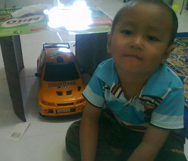 @Jalan_Sesama senyum Fahmi di samping mobil impiannya :) #BerbagiSenyum