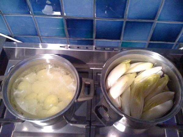 Oei. Vandaag witlof met piepers. Al twee pannen. Straks volgt de derde pan met vis. Wordt weer zweten.