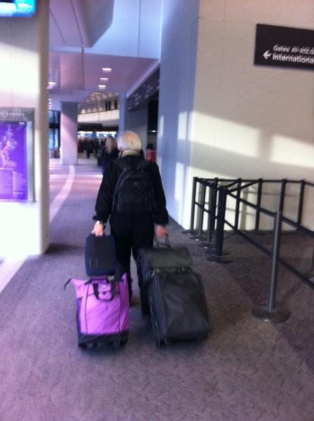 UST機材を持って空港を移動する古川さん。機材はこれで全て。実際にはこのうち2個のバッグのみ! #skmtUST