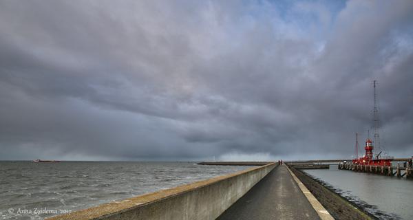 It Giet Oan! #Storm #Springtij Harlingen 14.30 Straks is deze pier niet meer toegankelijkivm #Hoogwater  #buienradar