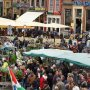 """Groningen vandaag, 12.47 uur grijs en koud, maar wel druk op de """"Bloemetjesmarkt"""". #buienradar"""