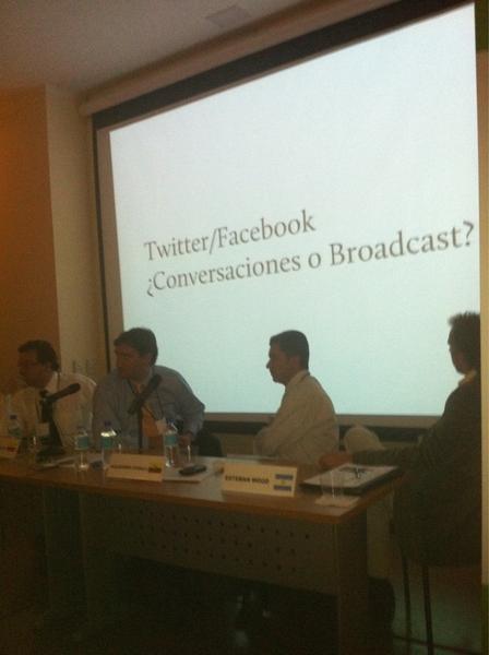 Twitter/Facebook: broadcast o conversaciones? Vía charla de @piscitelli