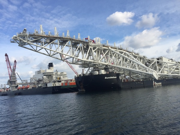 De Stinger, dit hangt achter het schip naar beneden om de oliepijp in een s bocht naar de bodem te geleiden, tot 3 km diepte