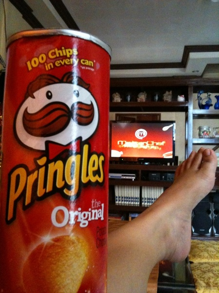laid-back monday! masterchef with pringles and foot up!  #buhaytambay #couchpotato