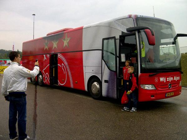 De spelersbus heeft een nieuw uiterlijk gekregen. #ajaxopendag