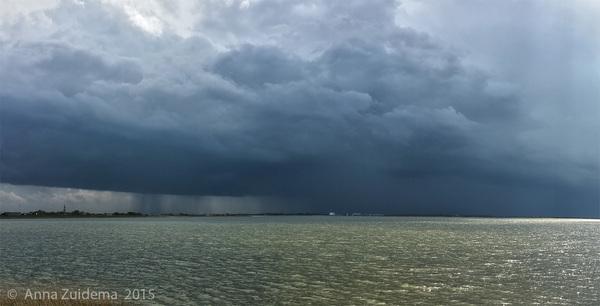 Onweer IJsselmeer Friesland Afsluitdijk. Aan de kant van het Wad scheen de zon! #buienradar