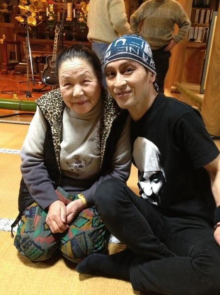 ライブ終わったら何と「会津食堂」のおばあちゃんが観にきてた。(*^◯^*)ライブの終わりころ、今日食堂に来たお客さんだって気付いたんだって。メイクしてるもんね(^_^;)大感動したよってサインも求められた。おばあちゃん82歳。