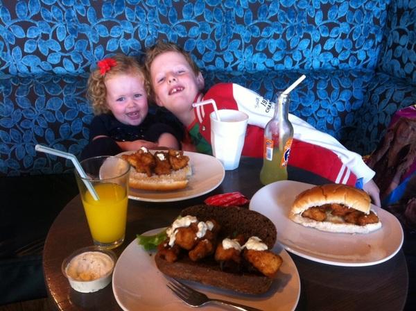 Lekker broodje kibbeling eten met Björn en Suze! #gezellig