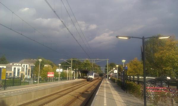 Donkere wolken pakken zich samen in het oosten #regen