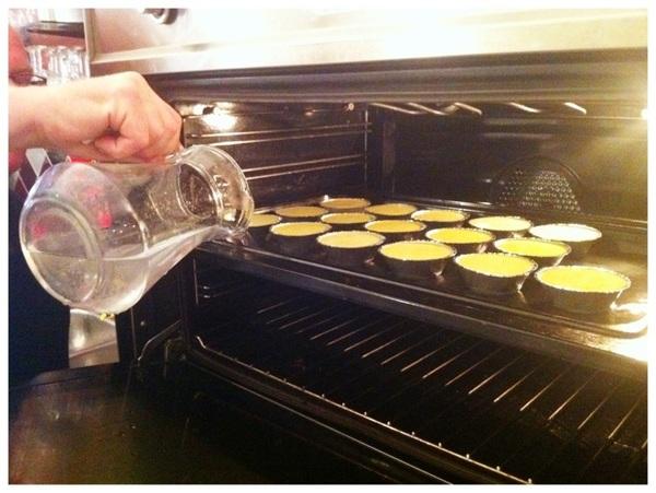 De Crème Brulee gaat au-bain-marie de oven in