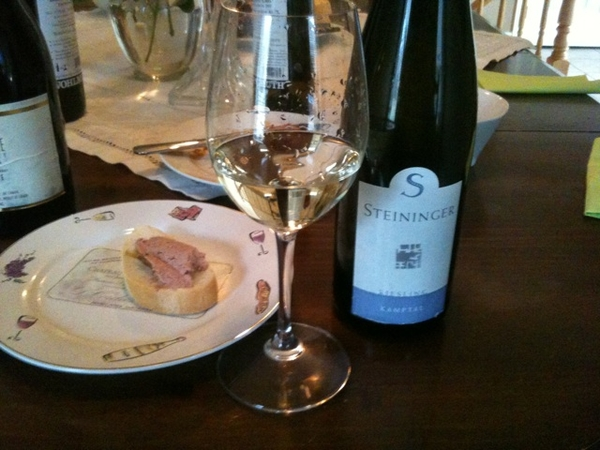 Steininger Riesling Kamptal 2009 (Austria). Over top fresh fruit aromas. Grapefruit, hint of spice & minerality followed by medley of tropical fruit. She's got legs. A charmer. Lingering finish.