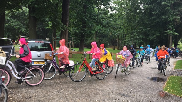 De kinderen van het Groene Hart in Zuidwolde, 44 km op de fiets door de stromende regen na een geslaagd kamp. #buienradar