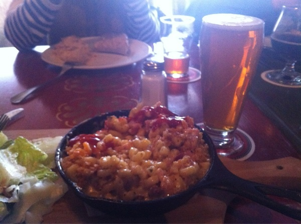 Mac n cheese and @RedRacerBeer IPA at @BRYDENSonBLOOR