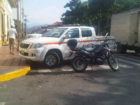 D noticagua Sera que este policía no sabe que no se puede estacionar en el paso de peatones? @tareckpsuv #cagua #policia #Aragua