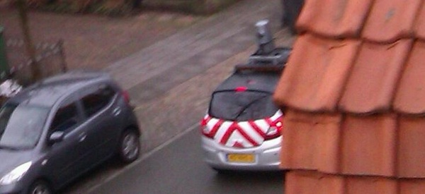 De streetviewauto door de straat #grappig