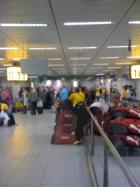 Het Ghanese team is ook aangekomen. #schiphol