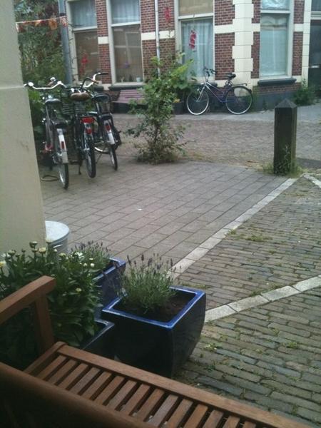 @petterick en hup aan t werk nu! ;)) #schonewerkplek #uitkijkopstadstuin http://moby.to/ib2jge