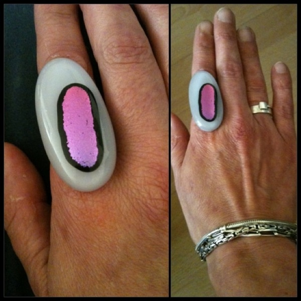 Ziet aan, mijn nieuwe ring, helemaal zellûf gemaakt... #glasfusing #trotsis