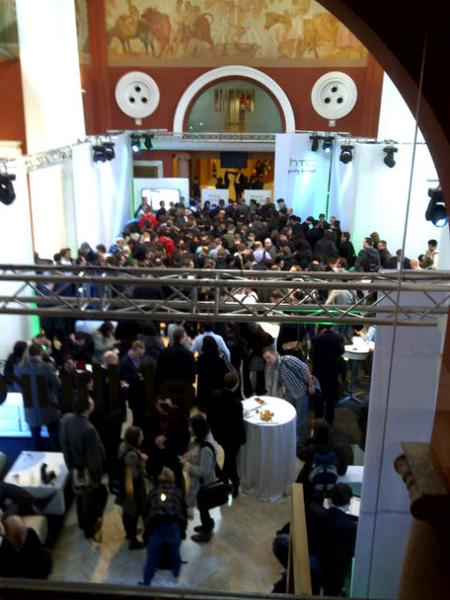 400+ journalisten voor een persconferentie van Htc? Je staat op elkaars tenen. 'Quietly brilliant' is de slogan. Nog so quiet.