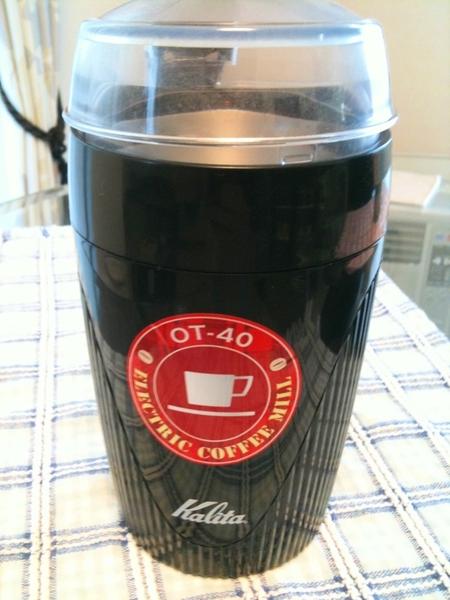 先日、購入した電動コーヒーミル。お店で粉にしてもらった時ての違いがわからん!これは、味覚のせいか。。。それとも、お安いミルのせいなのか。。。もっと高いミルを買う勇気がないし、手動ミルは面倒そうだし悩むな。家で美味いコーヒー飲みたいな~
