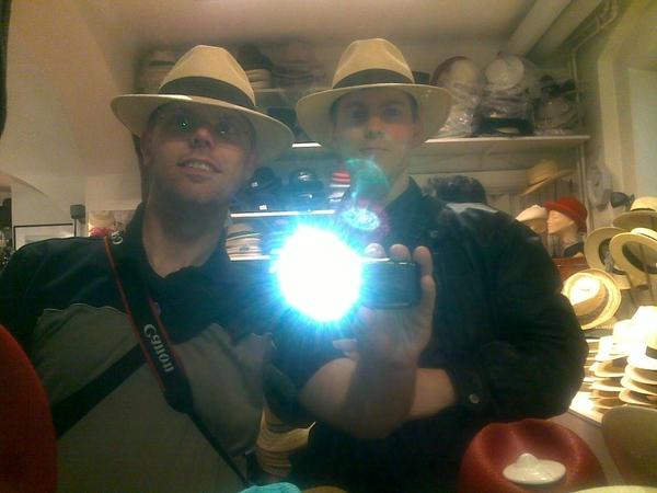 Jag och brorsan provar hatt.